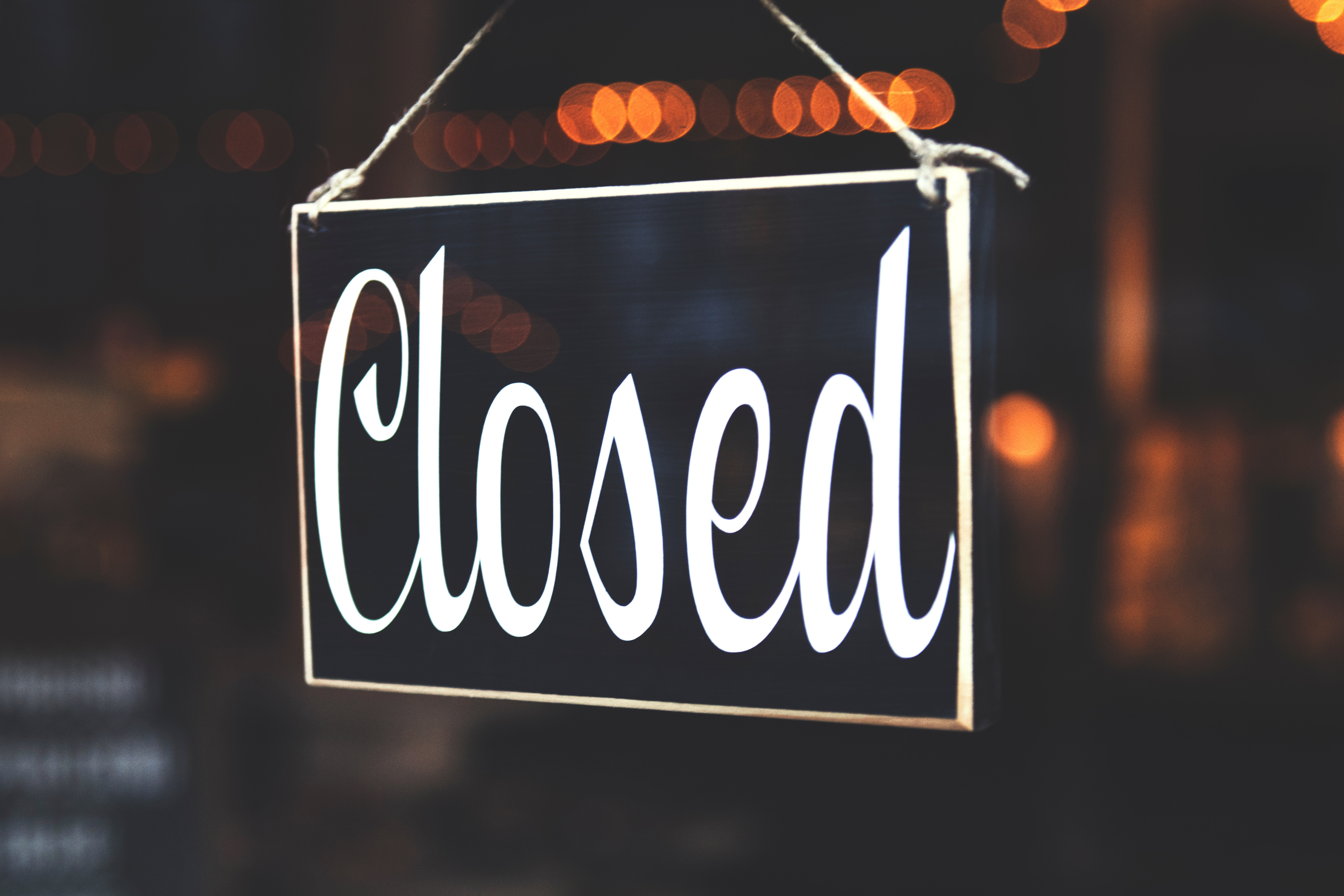 selective-focus-photography-of-closed-signage-942304